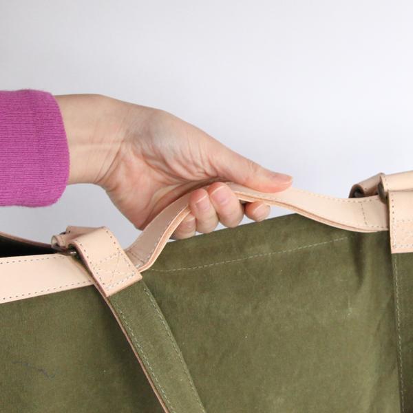 持ち手は、肩から掛けれる長さのタイプと鞄の淵に沿ったハンドルタイプの2WAY