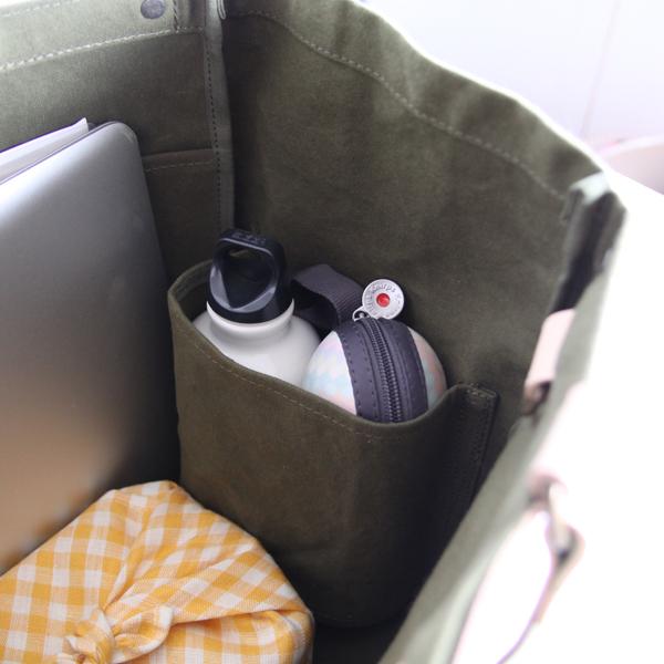 サイドポケットにはボトルや折りたたみ傘を