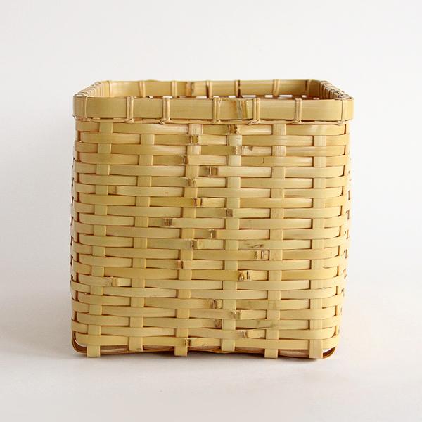 美しく編み込まれた白竹の籠