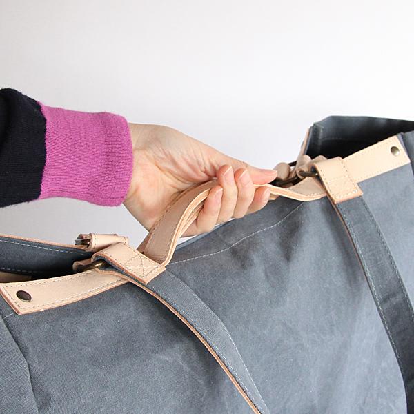 持ち手は、肩から掛けれる長さのタイプと鞄の淵に沿ったハンドルタイプの2WAYです