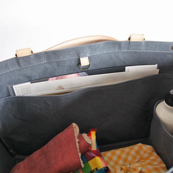 薄いポケットには、きれいに持ち運びたい書類などを収納できます