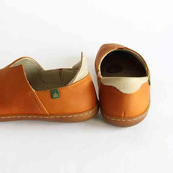 かかとの折り返し部分が履き心地をソフトにし、足を入れる際には靴べら代わりになります