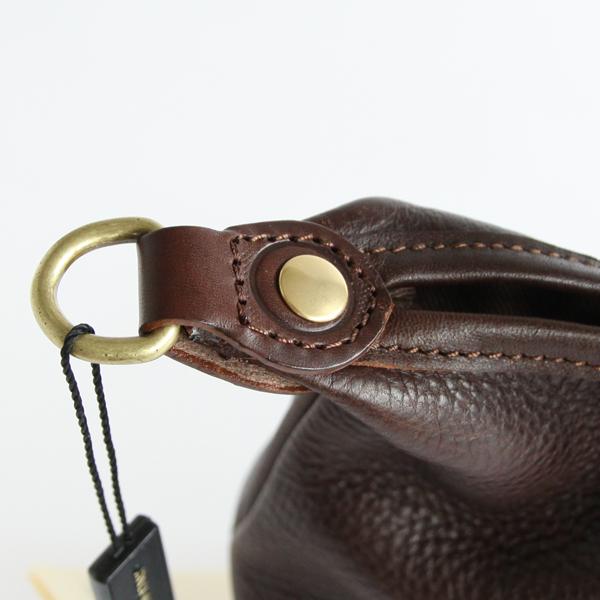 革と金具のコントラストも魅力