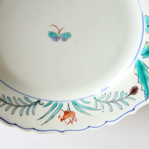 野原に遊ぶ蝶を描かれた器