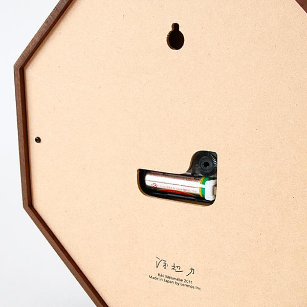 背面下部には、デザイナー渡辺力のサインを印字