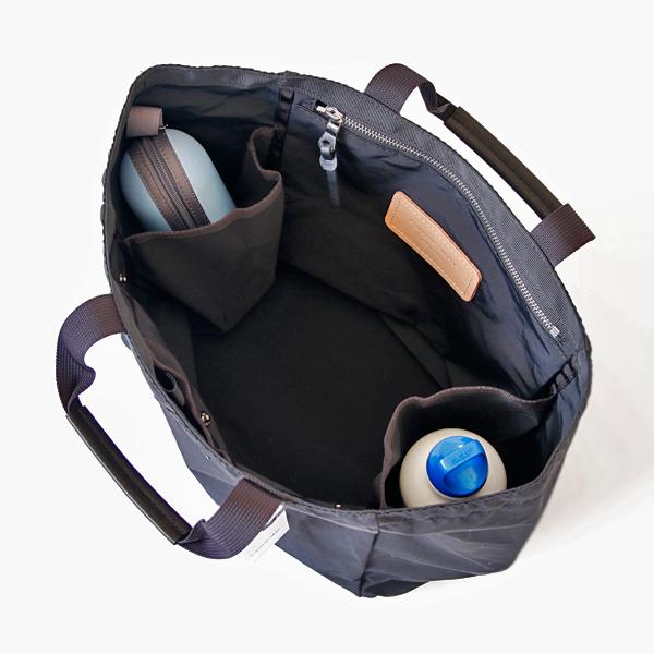 サイドポケットにはペットボトルや折りたたみ傘等が入ります