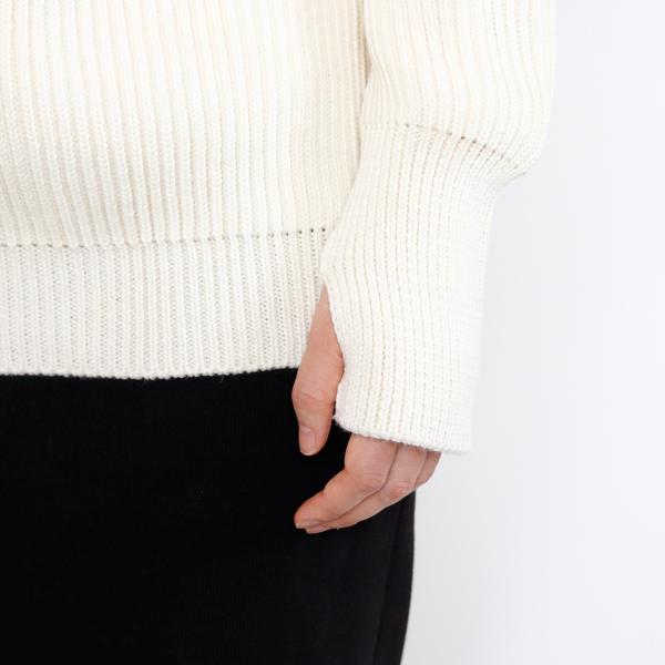 袖口はサムホールつき。捲って普通の袖でも勿論着ることができます