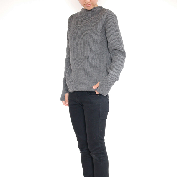 女性モデル身長:157cm、XXSサイズ着用(日本のレディースSサイズ相当) 裾を内側に入れるとふんわりとしたシルエットに。
