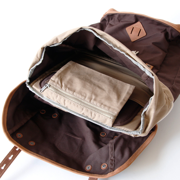 内側にファスナーポケット、仕切りポケットつき