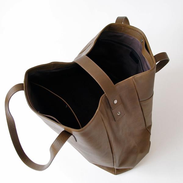 サイドに付いたベルトを対角で留めて、バッグの形をコンパクトできます