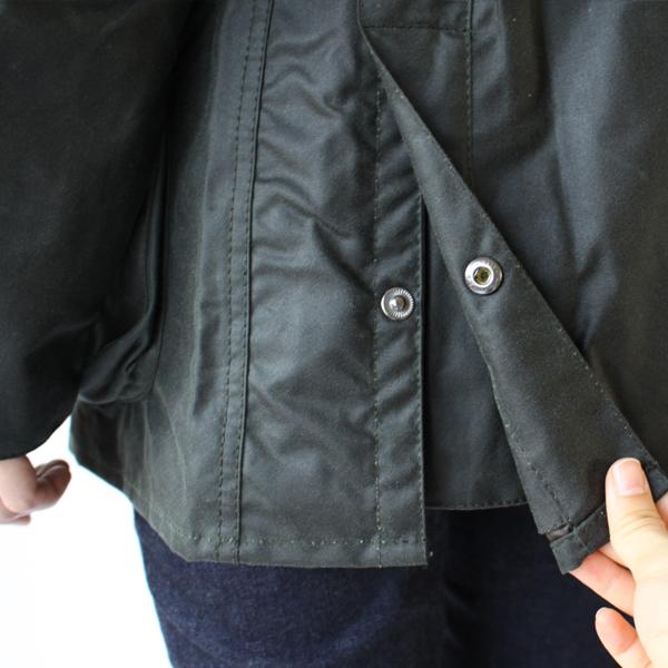 背面裾のスナップボタンを外せばさらに動きやすく