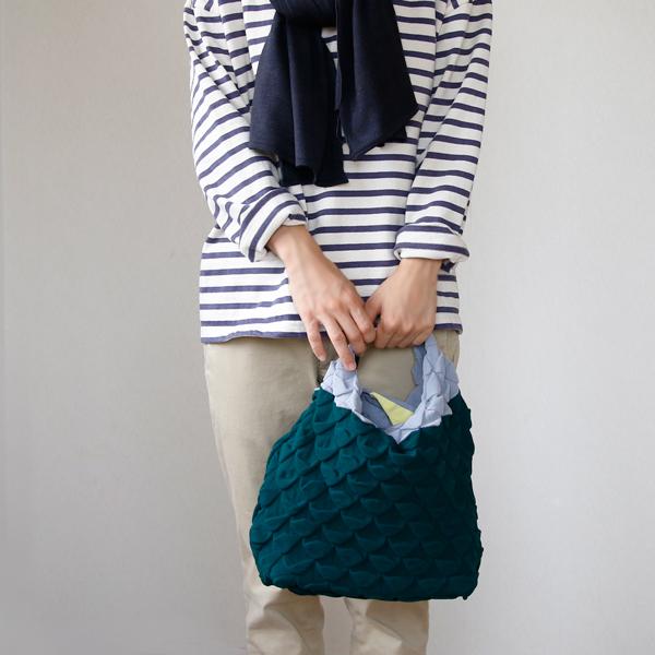 マグネット部分を持ち手にしてハンドバッグとしても使えます(48 GREEN)