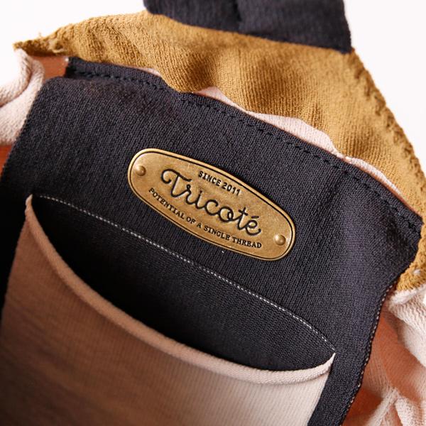 内側のポケットとブランドロゴのプレート(95 CHARCOAL)