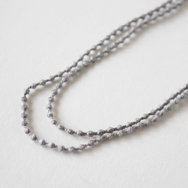 細い糸が何重にも縫製されています