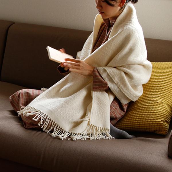 お部屋でくつろぐ時間も、しなやかなメリノウール素材をまとって暖か