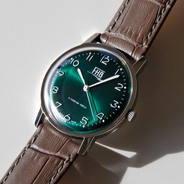 反射光が美しくきらめく「サンレイタイプ」を採用した深いグリーンの文字盤
