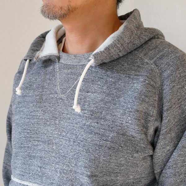 スウェットシャツにフードを後付けするという独特のディテール