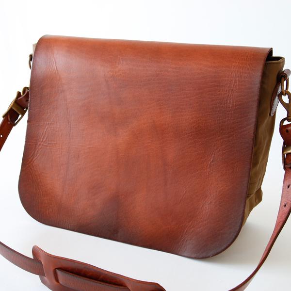革の表面にはヴィンテージのように色の濃淡が表れているのが特長です(OLIVE DRAB)