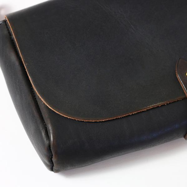 革の表面にはヴィンテージのように色の濃淡が表れ、味わい深い見た目になっています(BLACK)