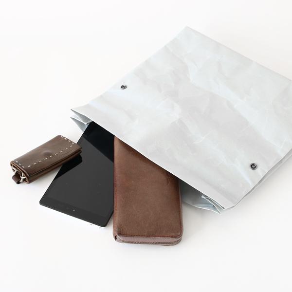 タブレット、長財布などもすっぽり収まるサイズ