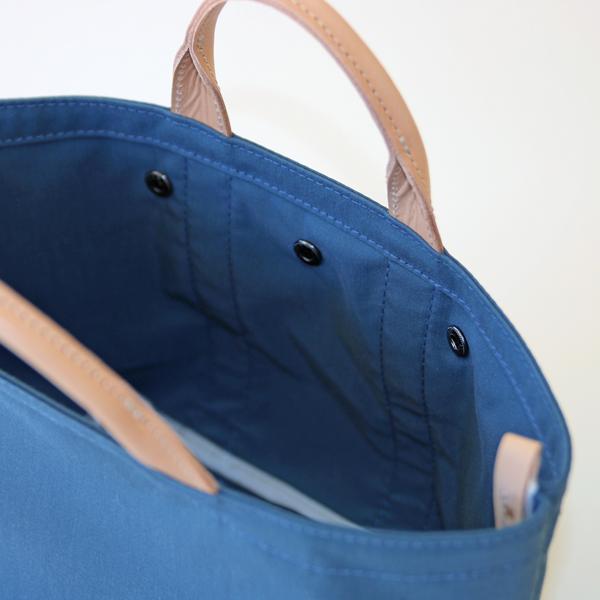 バッグを自立させるために内側に縦ラインの隠れテープとステッチを数本入れています