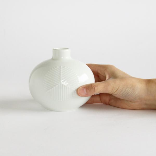 どこにでも置ける小ぶりなサイズで、贈り物にも選びやすい花瓶です