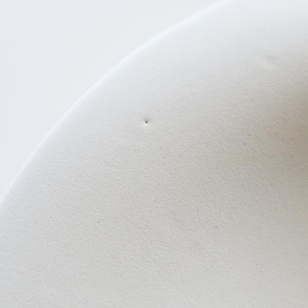 小さなピンホールや白点、凹凸があるなど表情に個性があります