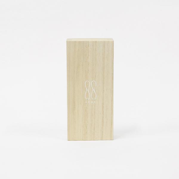 シンボルマークの「はっぱ」がデザインされた桐箱パッケージ