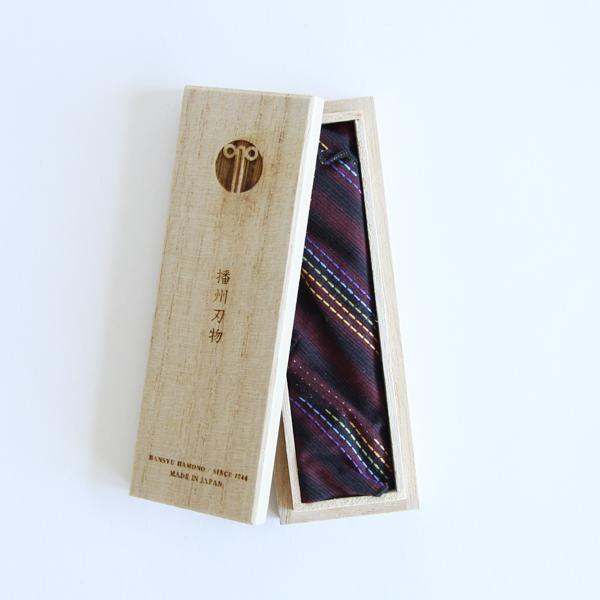 刺繍用鋏は播州織に包まれ、桐箱入りです