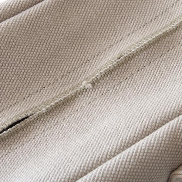 シャトル織機での織りの特性上、生地の端や表面に凹凸や織りムラが生じている場合がございます