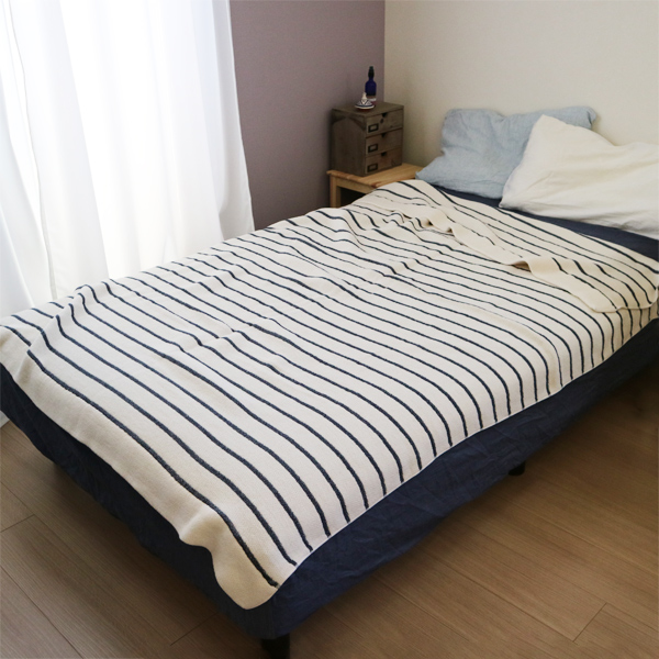 夏のおやすみ用タオルケットとして(ボーダーネイビー) ※画像のベッドサイズ:セミダブル