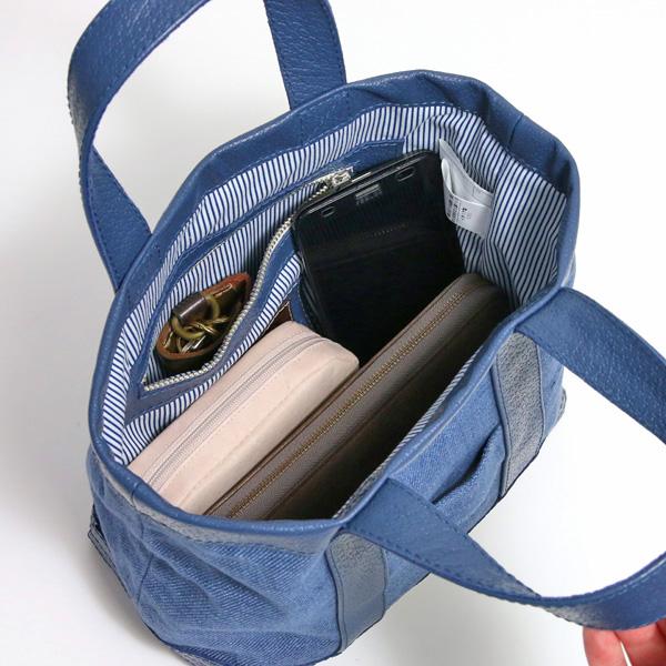 長財布、ポーチ、スマートフォン等を入れた様子