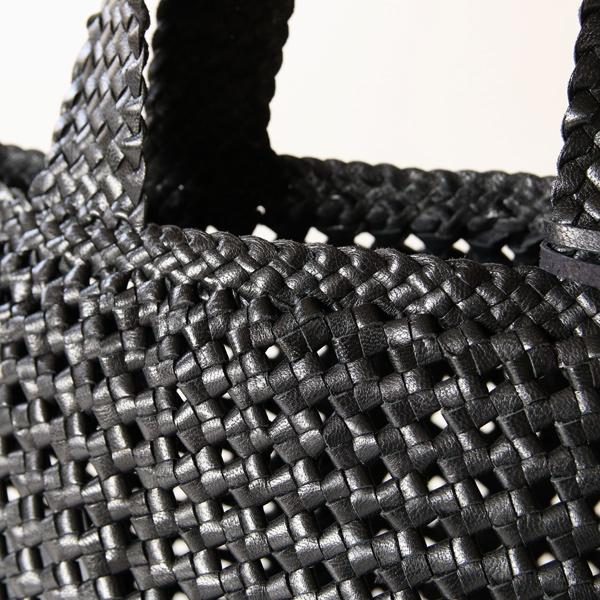 タンニン鞣しの山羊革を石畳編みで編み上げています