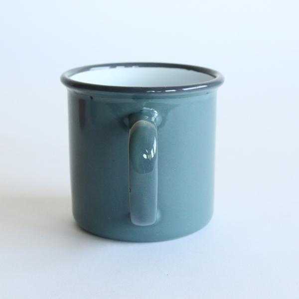 丈夫で割れにくい琺瑯製のマグカップ(グレー)