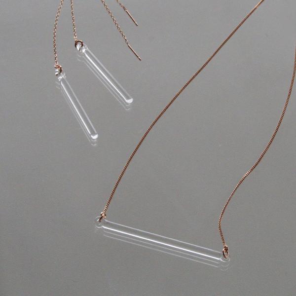 右下:同じモチーフの別注デザイン「ネックレス バー」