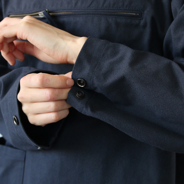 袖口広さはスナップボタンで調節可能