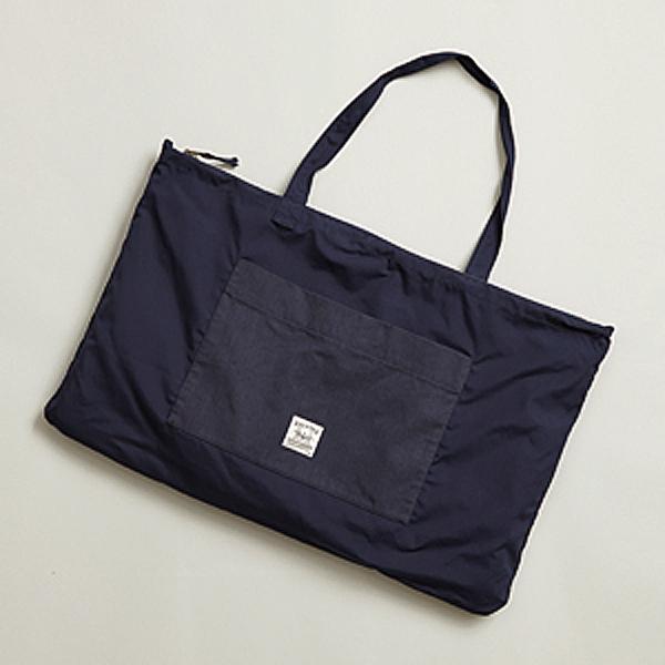 背面ファスナーポケットからひっくり返すようにして折り畳むことで、バッグになります