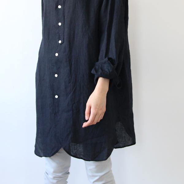 裾は膝上まであるタイプなので、下に細身のパンツを合わせるのがおすすめ(NAVY)