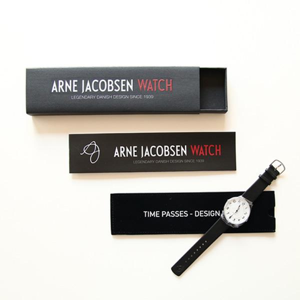 スライド式のケースに入っています。時計を収納する布製のケース付き。