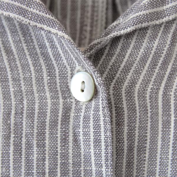 襟元は一つボタン