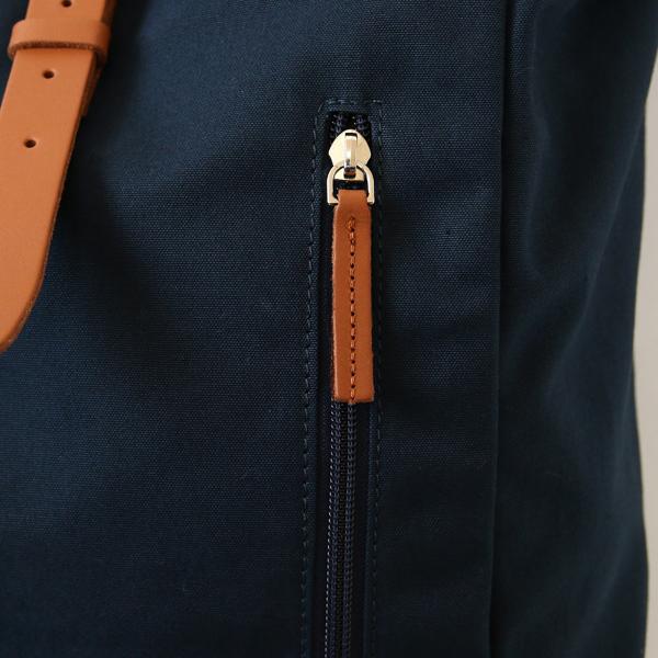 正面のファスナーポケット