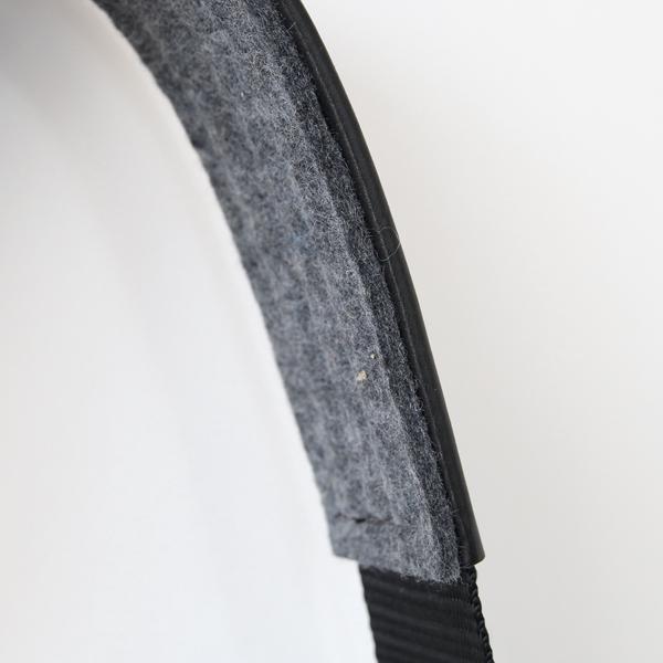 ベルトは、肩への負担を柔らげ革の色移りも防ぐフェルトクッション付き