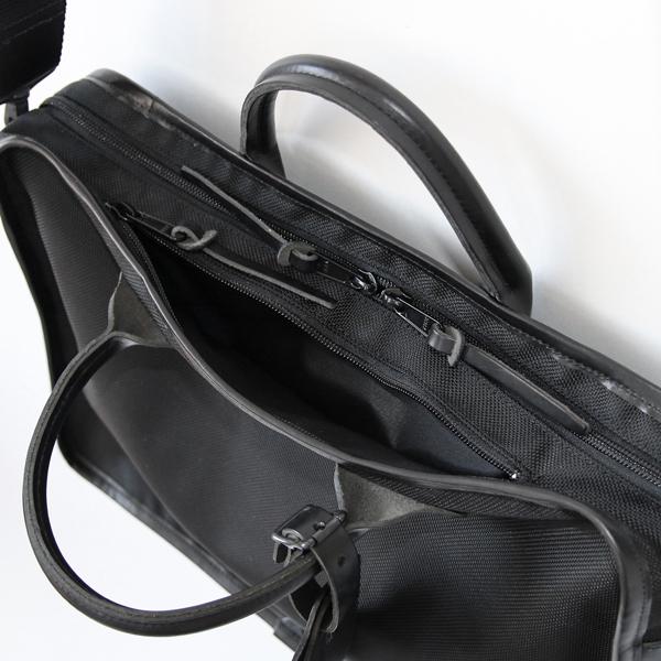 メイン収納部はダブルファスナー/小物が入るジップポケット付き