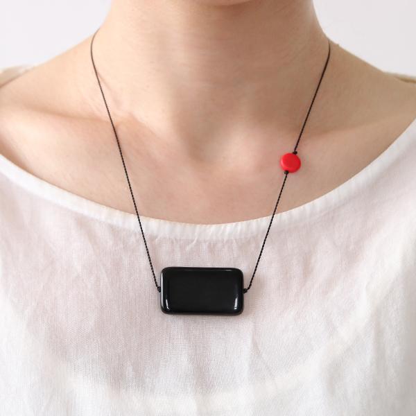 ネックレス(Black rectangle with red detail)