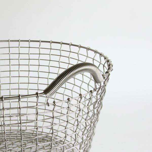 溶接はせず、職人が1本の長いワイヤーで編んで作ったワイヤーバスケット