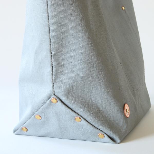 底マチ部分にも真鍮パーツを使用