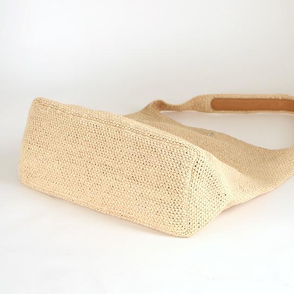 手触りが柔らかなラフィアを丁寧に編み上げたバッグです