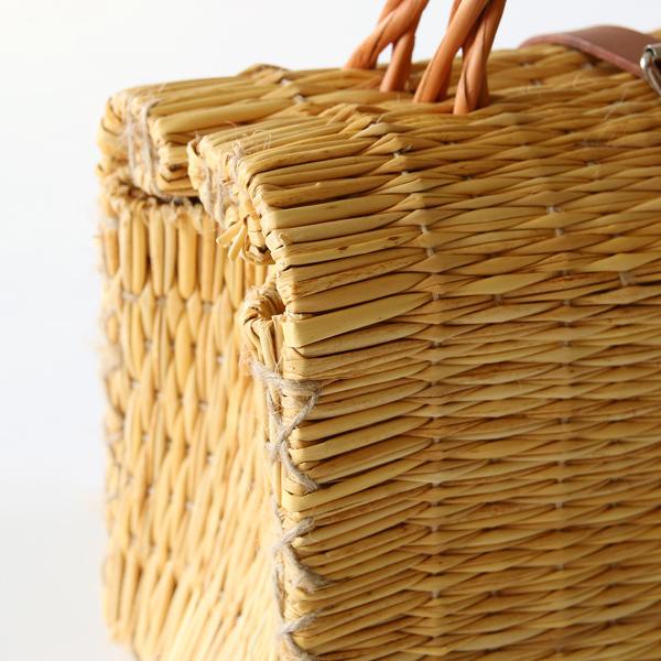 藁のスティックを織り上げたものを手縫いして成型しています