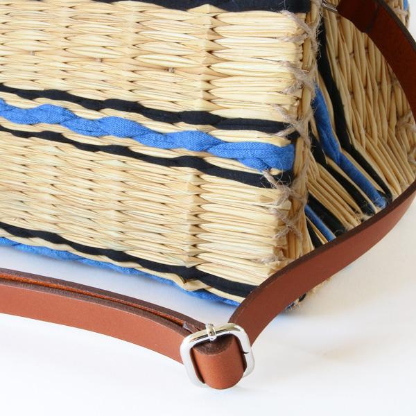 藁のスティックと布地を織り上げたものを手縫いして成型しています