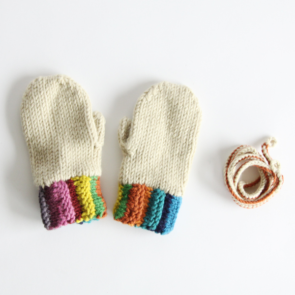 小さな手を優しく温めてくれる、ひも付き手袋です